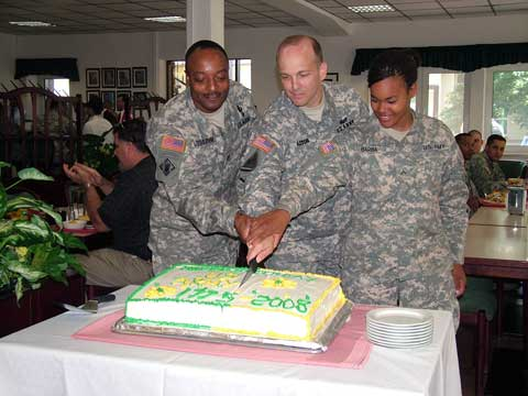 Soldiers cutting cake at USAG Darmstadt