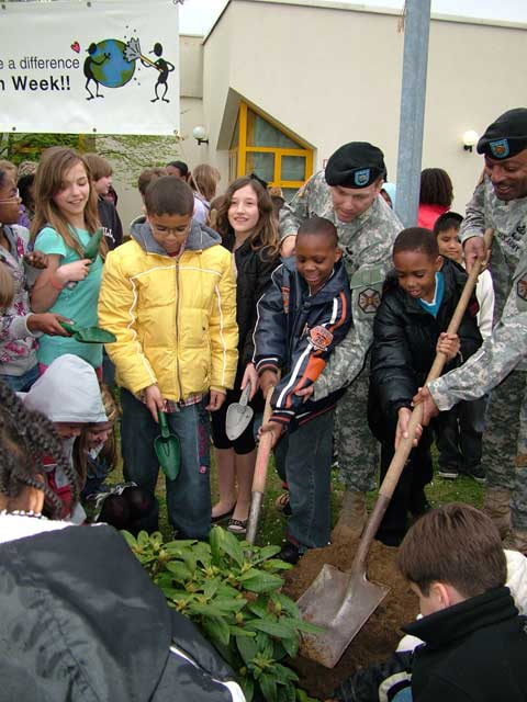 Children works together with USAG Darmstadt soldiers